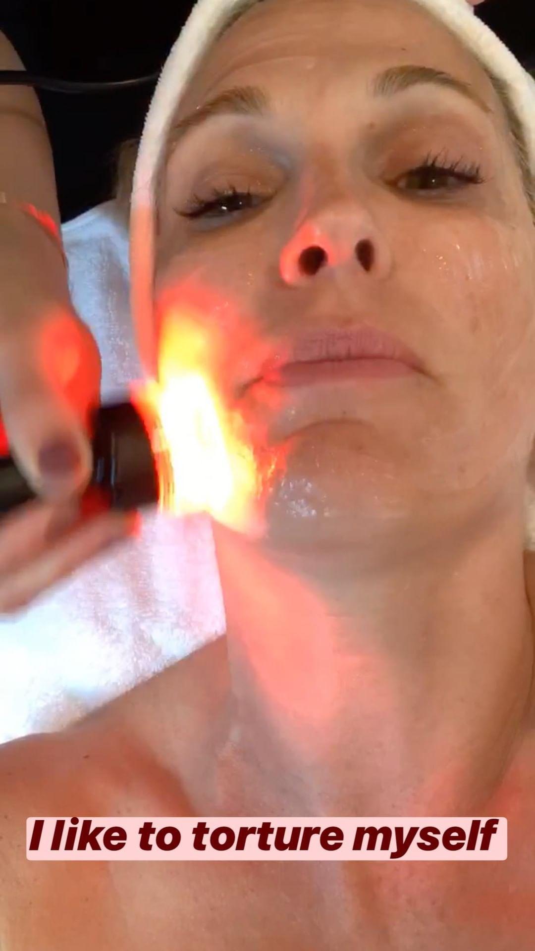mollybsims Молли Симс на процедуре светодиодной подтяжки лица