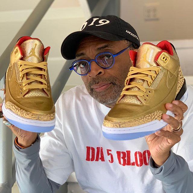 Спайк Ли с золотыми джордансами созданными для него Nike