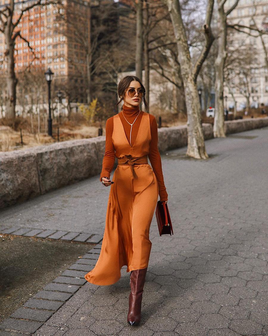 1Камилла Коэльо алтласно платье