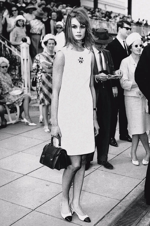 9 Английская супермодель Джин Шримптон в мини платье на скачках в Мельбурне в 1965 году
