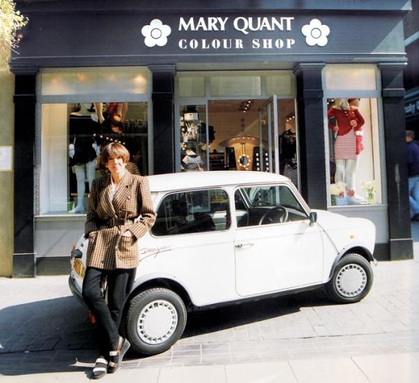 9 Мэри Куант cо своей мини напротив собственного магазина