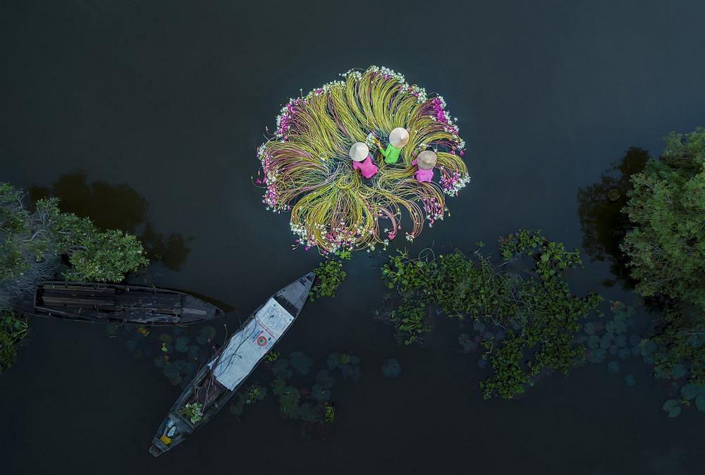 Победитель в категории «Люди». «Цветы на воде». Автор фото: Кхан Фан.
