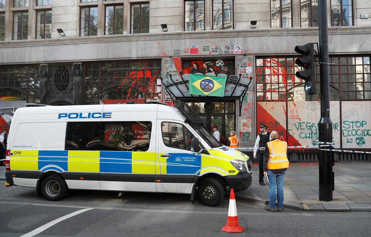 лондон_посольство бразилии_краска